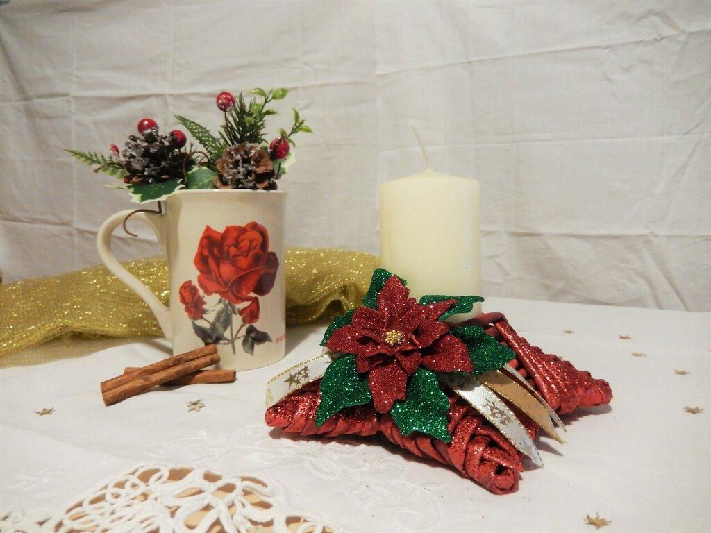 Portacandele natalizi realizzati riciclando i quotidiani