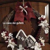 Ghirlanda natalizia in stile country con casette in feltro di lana e fiori bianchi e bordeaux