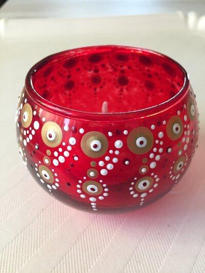 Porta candela rotondo in vetro rosso decorato