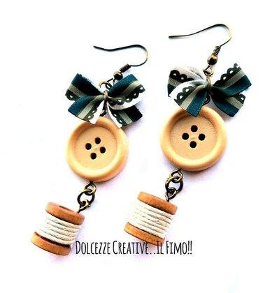 Orecchini sarta - sartoria - idea regalo - con fiocchetto, bottone e rocchetto di cotone - handmade  - miniature