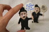 Calamita fatta a mano con Charlie Chaplin e frasi motivazionali