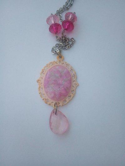 Collana in resina con pietre rosa