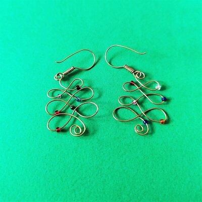 Orecchini in wire, a forma di albero di Natale