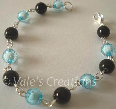 Bracciale con perle azzurre e nere