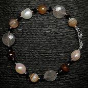 Bracciale in agata corniola, quarzo grigio, perle e onice.