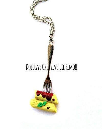 Collana forchetta con  pasta al pomodoro con basilico - Pennette - cibo italiano - idea regalo kawaii - miniature
