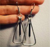Orecchini wire triangolari con pendente nero in alluminio