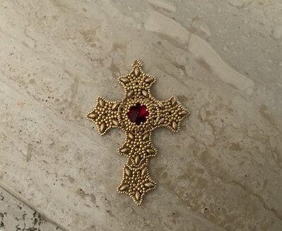 Ciondolo croce con rivoli in Swarovski - effetto filigrana- oro - rosso - perline Miyuki