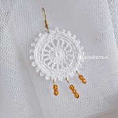 Orecchini uncinetto in cotone bianco con mezzi cristalli color ocra