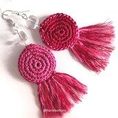 Orecchini uncinetto bicolore rosso rosa con frange e perla di vetro trasparente