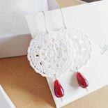 Orecchini con fiore grande uncinetto e perla di vetro rosso