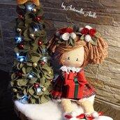 Scena natalizia con bambola di stoffa