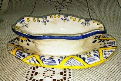 Salsiera manufatta di ceramica con vassoio unito alla vaschetta forma ovale con ampi smerli, pittura manuale su  fondo bianco