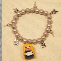 Braccialetto perle con Alice in fimo e ciondolini