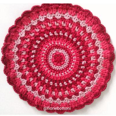 Centrino centrotavola Mandala lavorato all'uncinetto in cotone nei colori rosso e rosa.