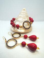Parure orecchini e bracciale in resina rossa,  ottone e marcasite.