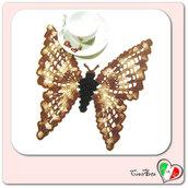 Centrino marrone sfumato ad uncinetto a forma di farfalla all'uncinetto