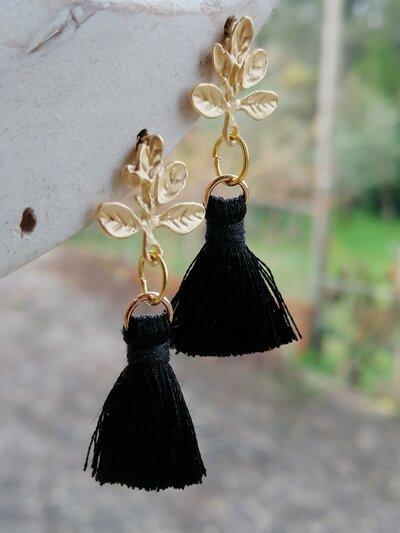 Orecchini pendenti con nappina nera