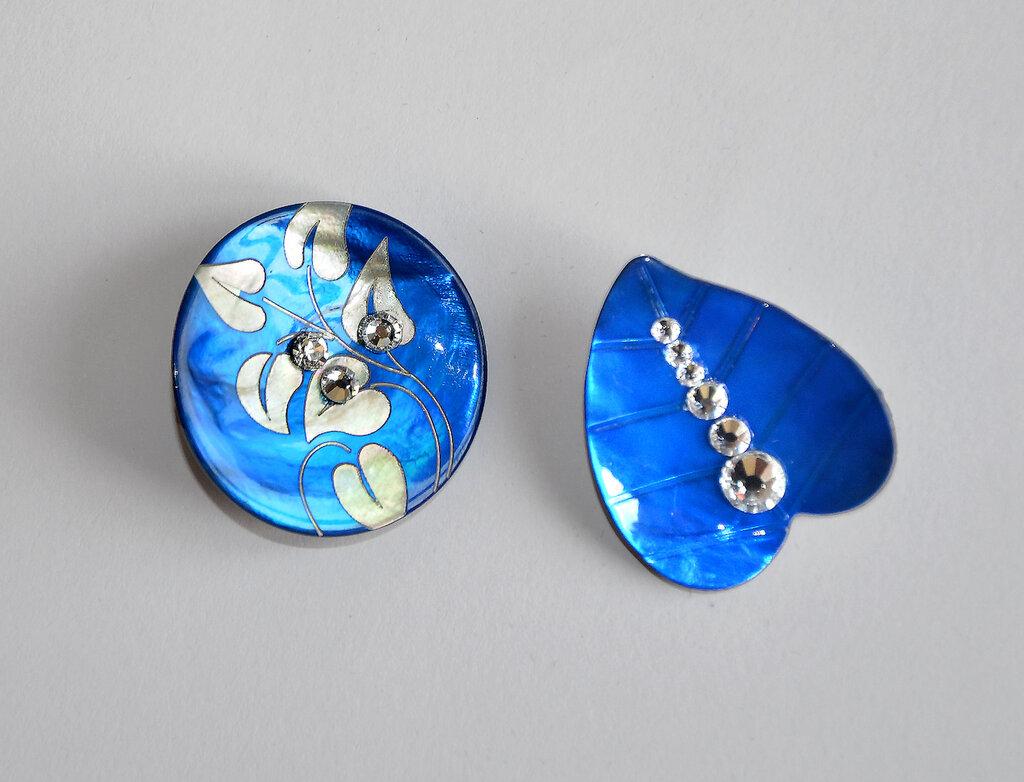 Orecchini bottone madreperla blu-cina con strass fatti a mano