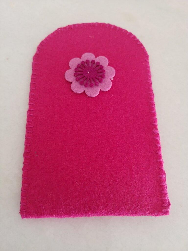 ortaocchiali/portacellulare realizzato a mano con feltro color fucsia impreziosito con fiore a  rilievo in tinta