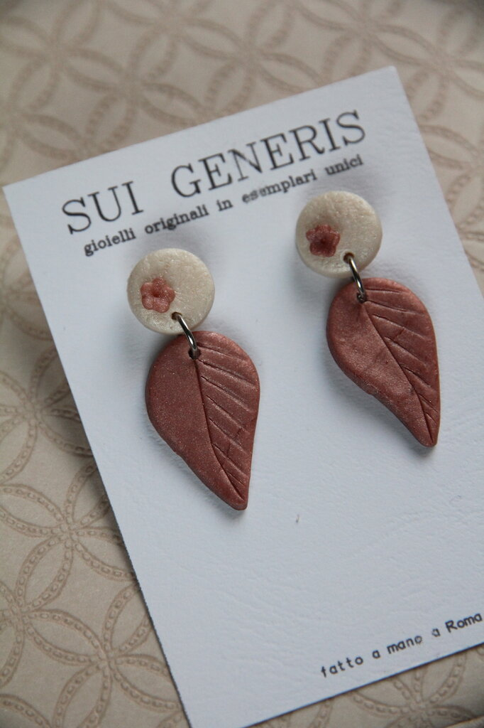 orecchini con foglie e fiori a rilievo in fimo madreperla e rosa antico. Pendente a foglia _075