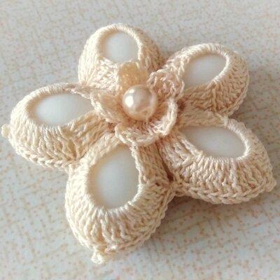 Bomboniera uncinetto fiore a cinque petali color ecru, portaconfetti segnaposto