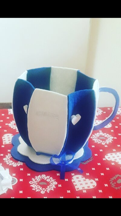 Tazzona bianca e blu in feltro