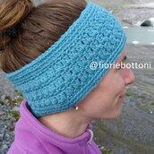 Fascia per la testa color azzurro in lana, lavorazione uncinetto