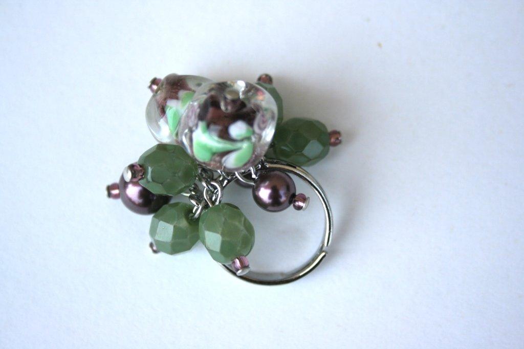 Anello charms perle toni verde e viola
