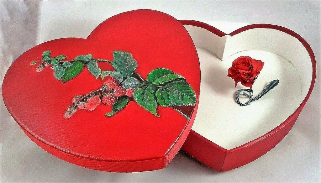 Scatola regalo a forma di cuore con coperchio decorato e una rosa rossa custodita all'interno