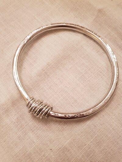 Bracciale a cerchio in alluminio battuto