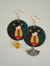 Orecchini di carta con ciondolo a forma di cerchio e immagine giapponese di bambolina washi