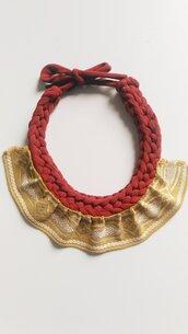 Collana girocollo ad uncinetto in fettuccia di cotone color ruggine e balsa increspata in passamaneria color ecru' e giallo senape