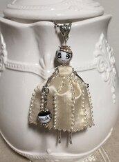 Collana con ciondolo bambolina di ceramica dipinta con vestito di seta beige e perle
