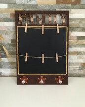 Lavagna di legno con ganci per presine e mollette per foto dipinta con mandala