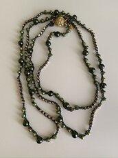 Collana lunga ad uncinetto con cristalli e perle verdi
