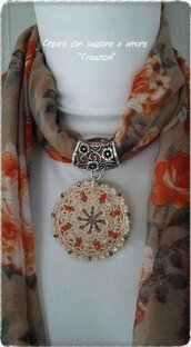 Foulard gioiello con mandala uncinetto