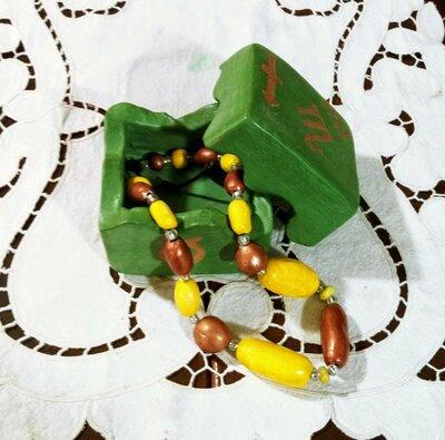 Piccola scatola di cerammica  manufatta ottenuta scavando un blocchetto di creta rossa su fondo verde segni zodiacali graffiti lucidata a cera