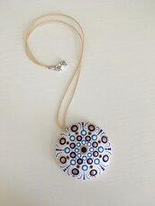 Collana con ciondolo di legno decorato con mandala
