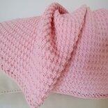 Delicata copertina realizzata a uncinetto con filato d ilana di colore rosa