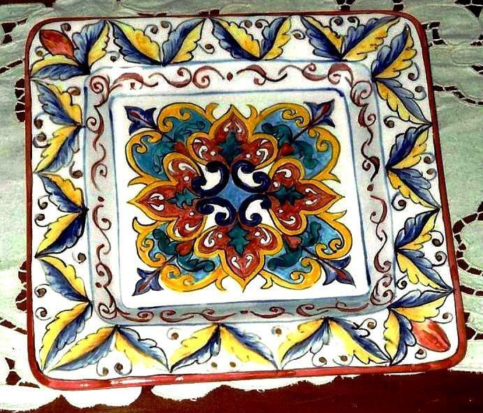 Piatto decorativo con fada, soprammobile o vassoio di ceramica forma quadrata, dipinto a mano con ingobbi vivaci motivi vari