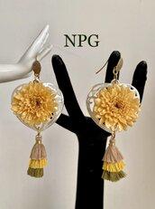 Orecchini pendenti in madreperla traforata, fiore disidratato colato in resina, nappina in tessuto, argento dorato 925.