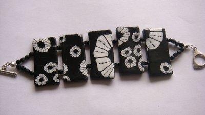 Bracciale nero con fiori
