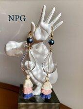 Orecchini pendenti in vetro soffiato, perle, argento dorato 925 e nappina in tessuto.