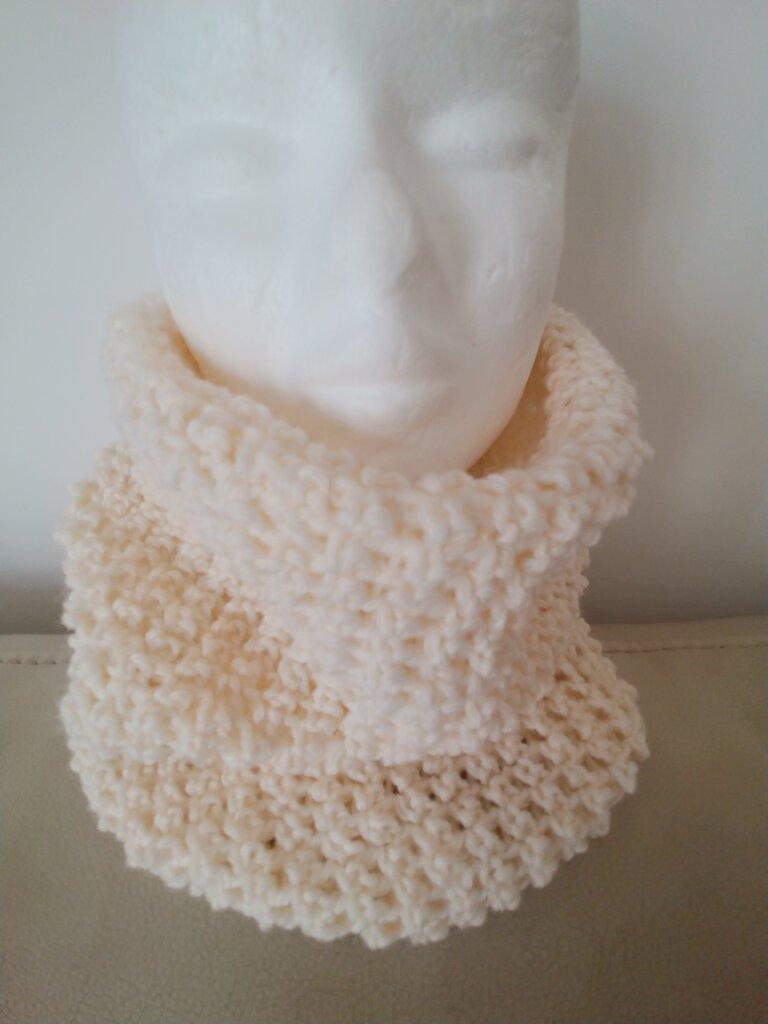Delicato scaldacollo realizzato a uncinetto con  morbida lana di color panna. Caldo e morbido ideale nelle fredde giornate invernali.