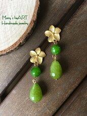 Orecchini pendenti realizzati artigianalmente con perni in zama e pietre dure (agate) verdi