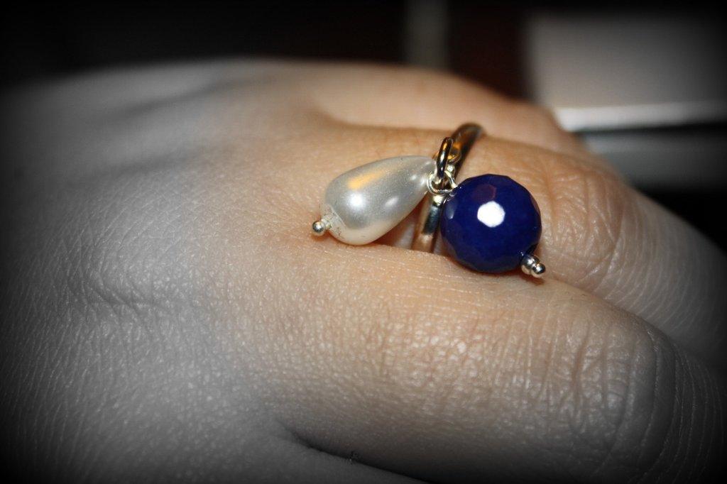 anello semplice con agata blu e perla a goccia