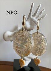 Orecchini pendenti madreperla, perla ed argento dorato 925.