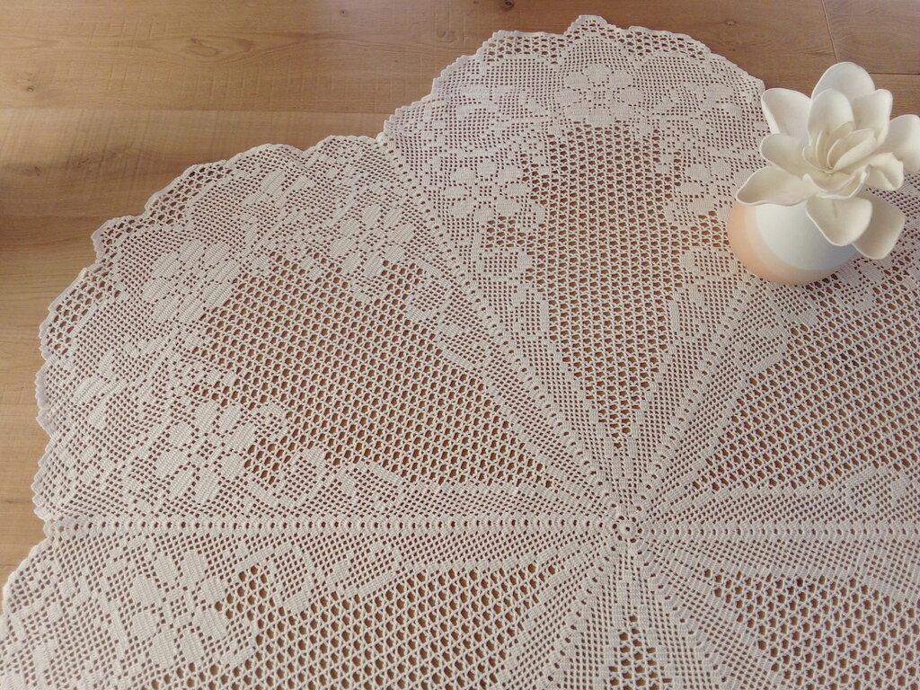 Tovaglia bianca di cotone all'uncinetto