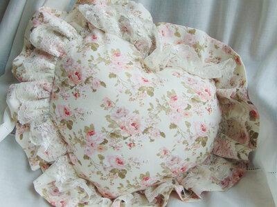 Cuscino forma cuore in tessuto a roselline